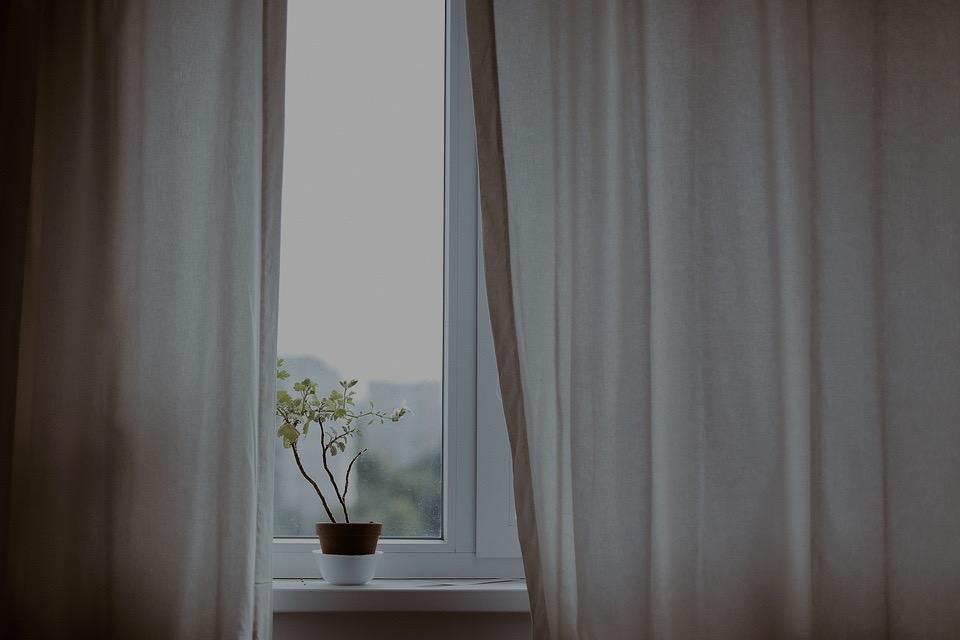 Cómo limpiar el aluminio blanco de las ventanas
